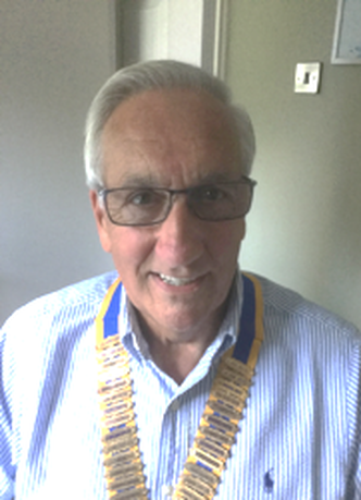 Photo of Beacon Rotary President Ian Sharpe wearing chain of office